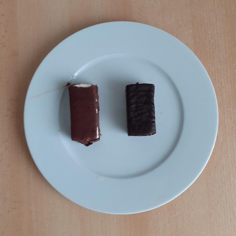 Foto: beide Quarkriegel ausgepackt auf einem Teller - links Quarkwerk, rechts Lidl